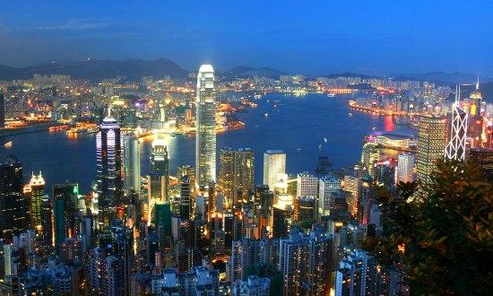 """Екскурзия Китай и Хонг Конг Пролет 2019 - Пътешествие през  вековете - Неслучайно Китай от местен език  се превежда като  'Страната в центъра на света"""". Без съмнение и в наши  дни, преводът обрисува съвсем точно най-многолюдната  държава в света, една от най-древните цивилизации и  водеща световна икономическа сила. Каним Ви да се  потопите в тайните на тази уникална държава, която  съчетава в себе си хилядолетна история, грандиозни  архитектурни творения от стари времена (Великата  Китайска стена, Теракотената армия), световни  изобретения на човешкия гений (барута, компаса и  лунния календар), древни религии и медицина,  грандиозни ултрамодерни сгради и нечуван технотронен  бум."""