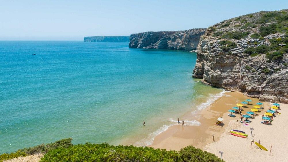 """Почивка Почивка на остров Мадейра с полети от Мадрид - Остров Мадейра – райско кътче, където ще пожелаете да останете завинаги.. Естествената му красота, субтропичния климат, прочутото вино с едноименната марка """"Мадейра"""", уникалната флора и фауна ще Ви пленят! Той е идеалното място за тези, които обичат спокойствието и тишината, и по-специално любителите на природата."""